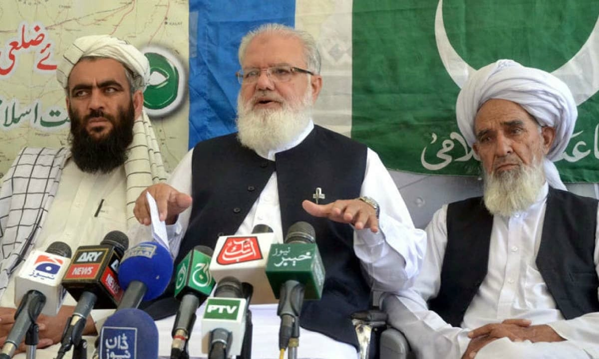 Liaqat Baloch (centre) of the Jamaat-e-Islami at a 2014 press conference | PPI