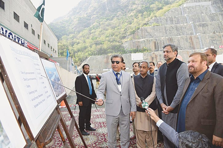Prime Minister Shahid Khaqan Abbasi being briefed by Wapda chairman retired Lt Gen Muzammil Hussain about the project.—APP