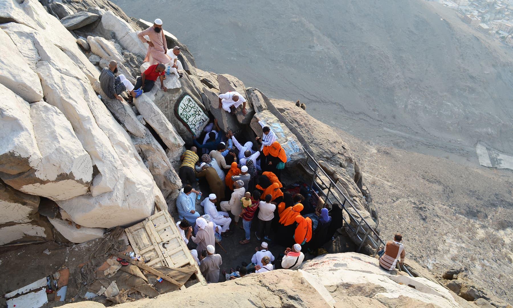 غارِ حرا پر لوگوں کا رش— فوٹو رمضان رفیق