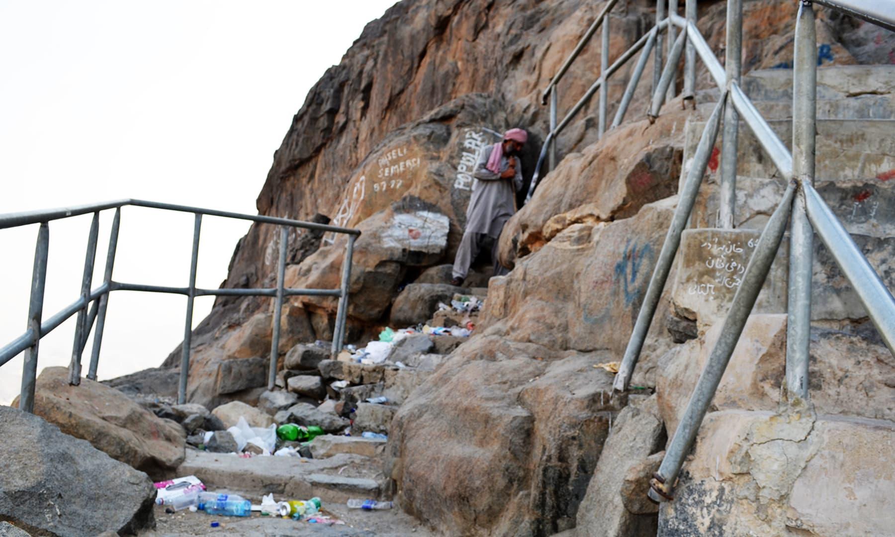 کئی جگہوں پر سیڑھیاں بہت تنگ ہیں— فوٹو رمضان رفیق