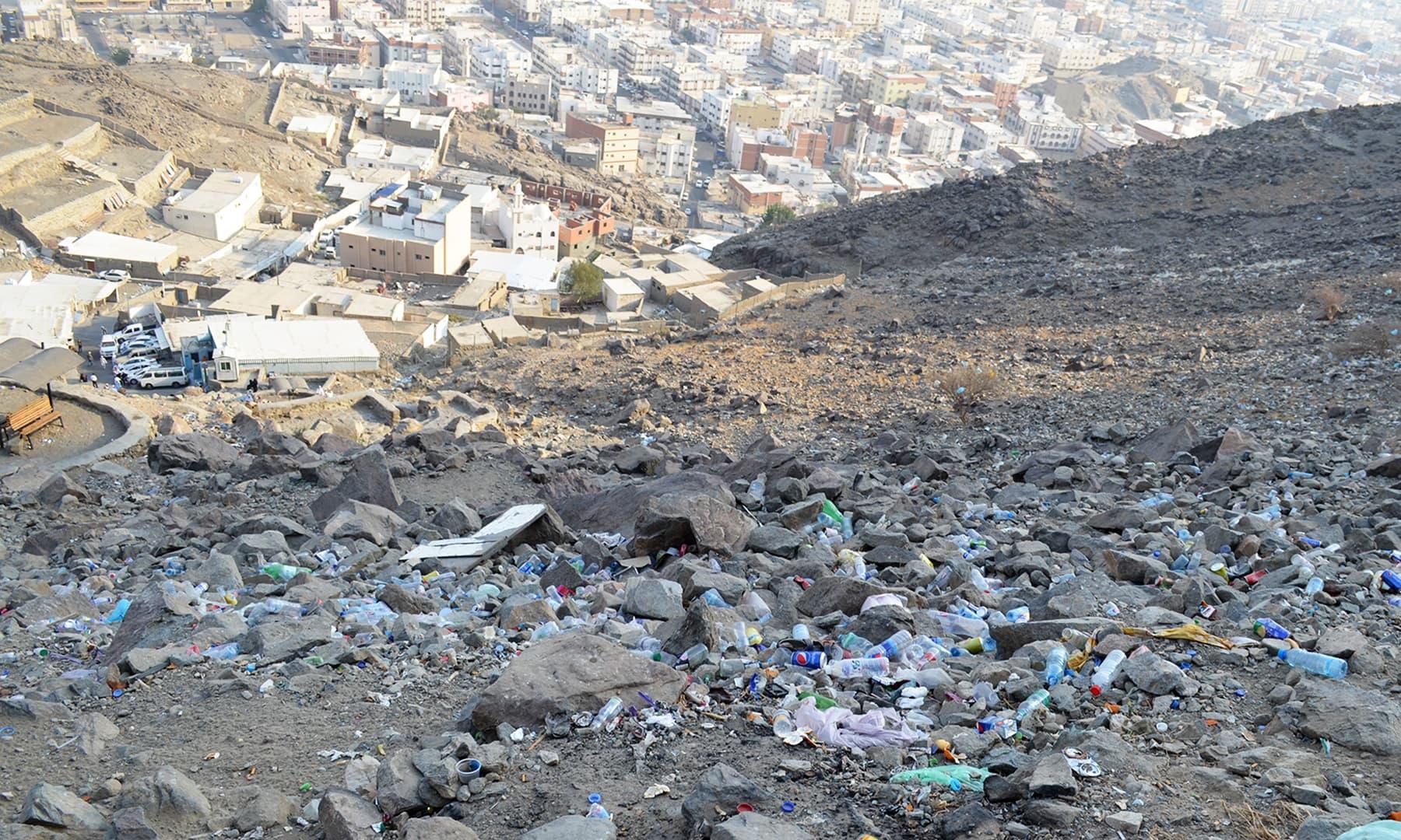 کاش یہاں تو ہم کچرا پھینکنے سے باز آجائیں— فوٹو رمضان رفیق