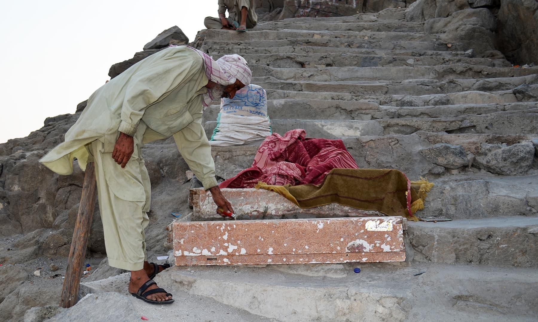 ایک پاکستانی مزدور جو وہاں سیڑھیاں بناتا ہے— فوٹو رمضان رفیق
