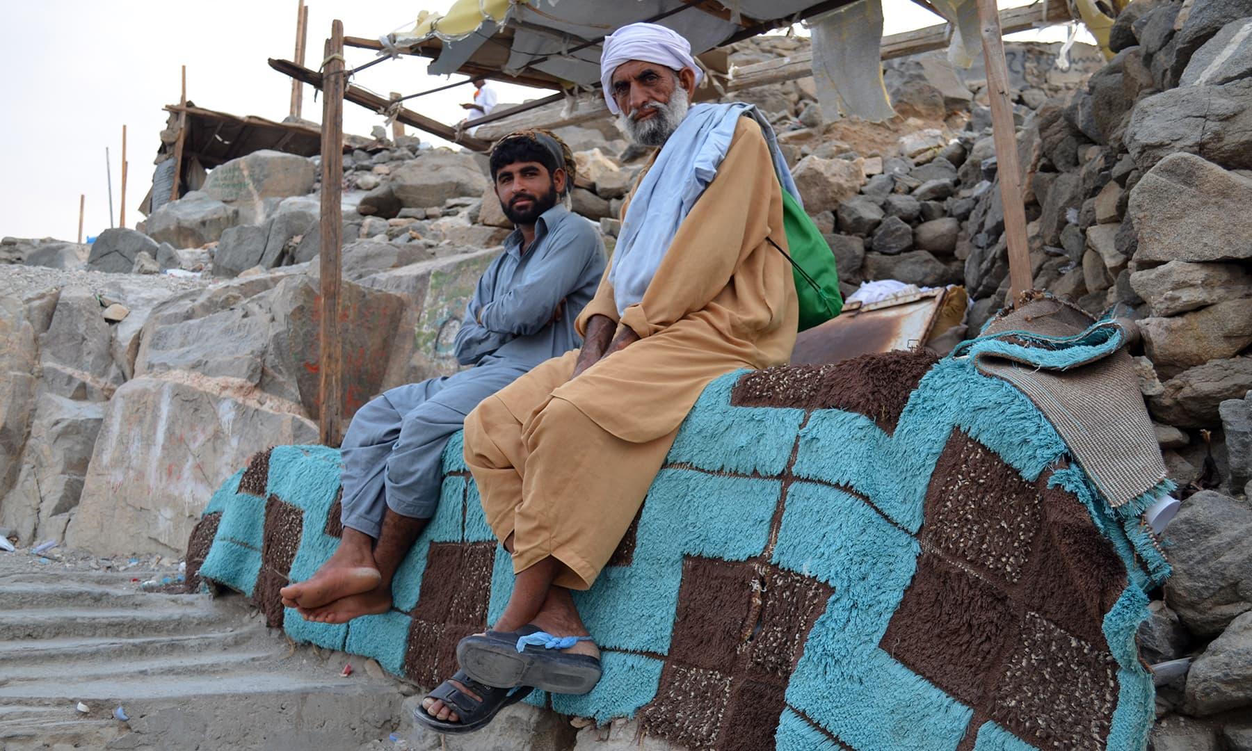 سیڑھیاں بنانے والے مزدور— فوٹو رمضان رفیق