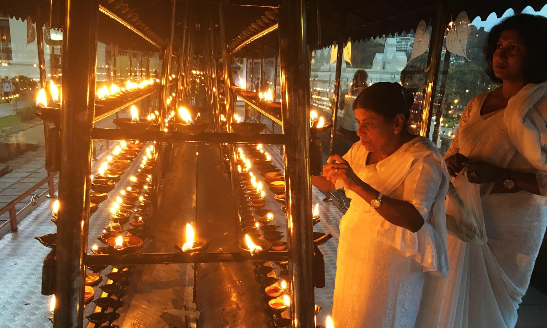 کئی دیگر ملکوں کے علاوہ سری لنکا کے کونے کونے سے بدھ زائرین یہاں اپنی حاجتوں کے ساتھ پہنچتے ہیں—تصویر امتیاز احمد