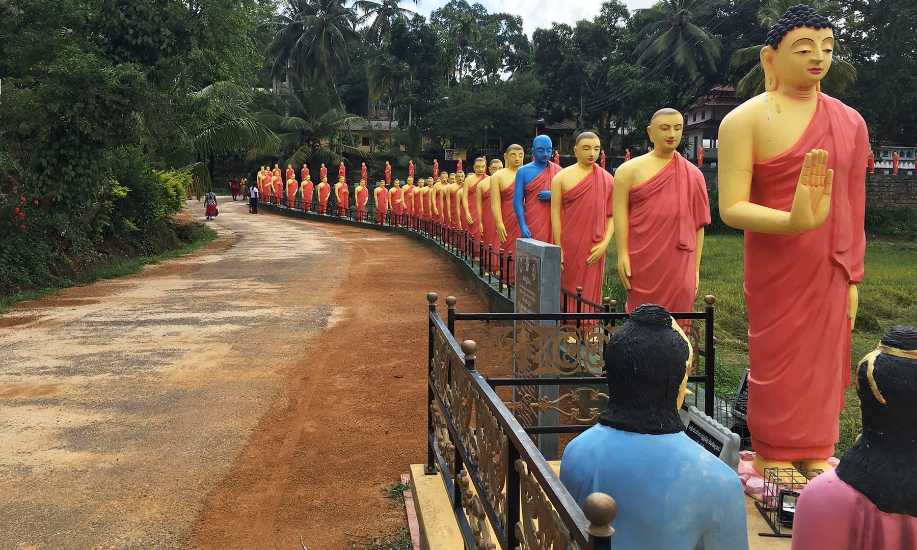 سری لنکا میں ایستادہ بدھ مت سے منسوب مجسمے—تصویر امتیاز احمد