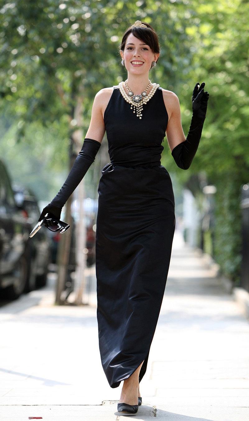 گوینچے نے 1961 کی کلاسک فلم بریک فاسٹ ایٹ ٹیفینی کی اداکارہ اینڈرے ہیپبرن کے لیے سیاہ لباس بھی تیار کیا، اداکارہ 2006 میں گوینچے کا لباس کیے ہوئے—فوٹو: اے ایف پی