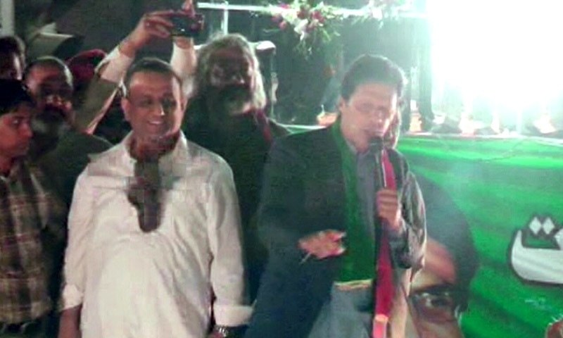 Shoe hurled at PTI leaders hits Aleem Khan during Gujrat rally
