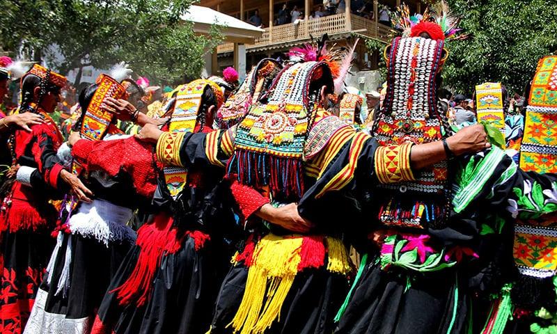 وادئ کیلاش میں رقص کا ایک منظر—تصویر انعم گِل