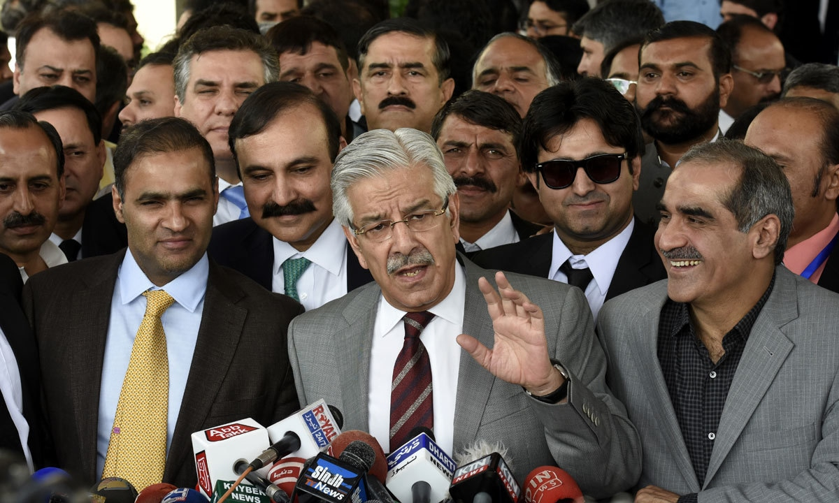 Khawaja Asif speaking to the media during the Panama Papers case proceedings in November 2016 | Tanveer Shahzad, White Star