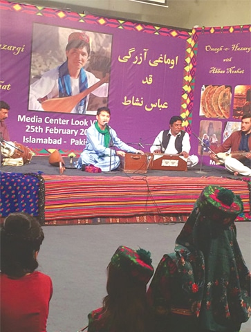HAZARA singer Abbas Nishat performing at Lok Virsa.—Photo by writer