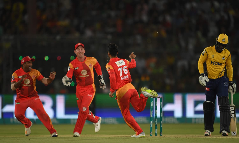 شاداب خان اور دیگر کھلاڑی ڈیرن سیمی کے آؤٹ ہونے کے بعد خوشی مناتے ہوئے — فوٹو: اے ایف پی