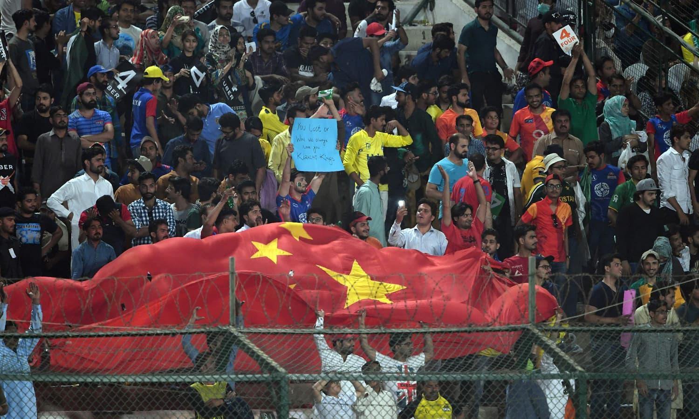 شائقین نے میچ کے دوران پاکستان کے دوست ملک چین کا جھنڈا بھی لہرایا — فوٹو: اے ایف پی