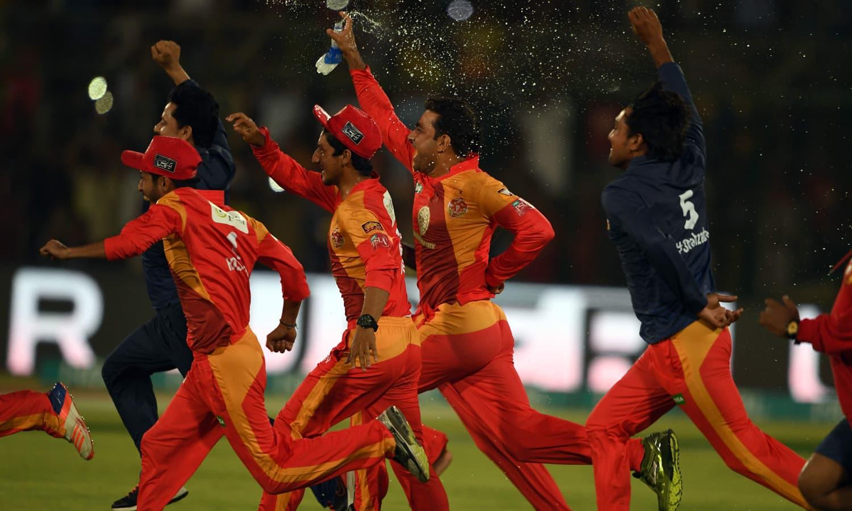 فتح کے بعد اسلام آباد یونائیٹڈ کے کھلاڑی خوشی سے دوڑتے ہوئے — فوٹو: اے ایف پی