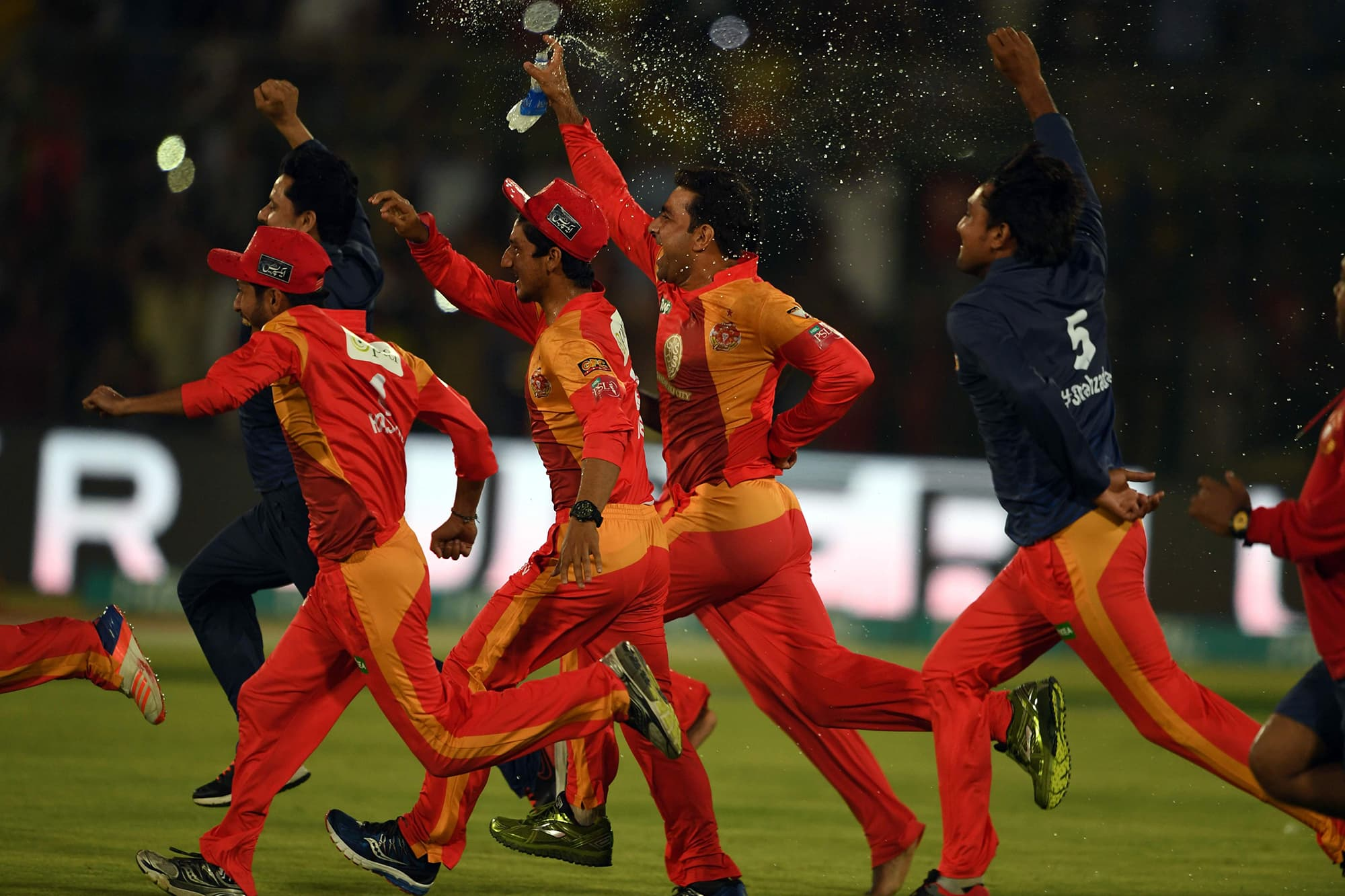 Cricket players of Islamabad United celebrates their victory at the end of the Pakistan Super League final match between Peshawar Zalmi and Islamabad United at the National Cricket Stadium in Karachi on March 25, 2018.  / AFP PHOTO / ASIF HASSAN — AFP or licensors