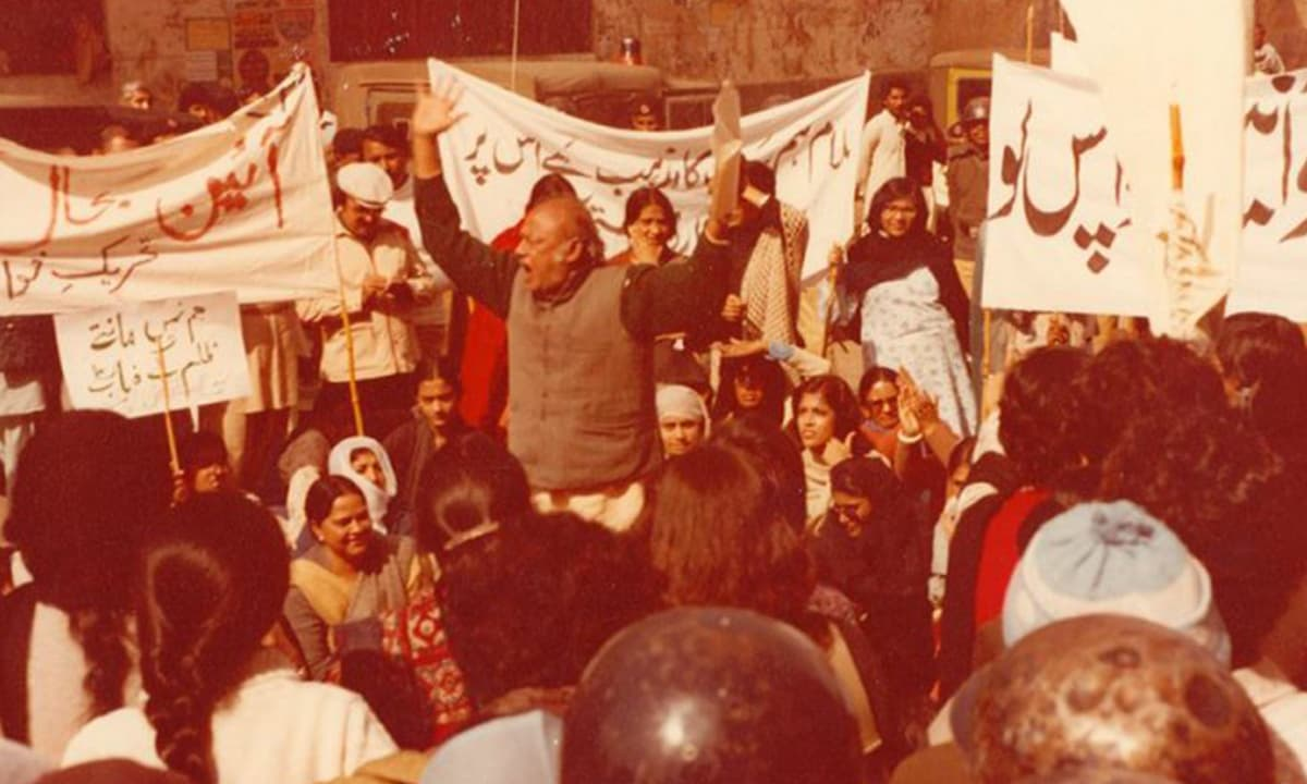 Habib Jalib reciting a poem at a protest in Lahore, February 12, 1983 | Credit: Twitter/Maimoona Shirazi