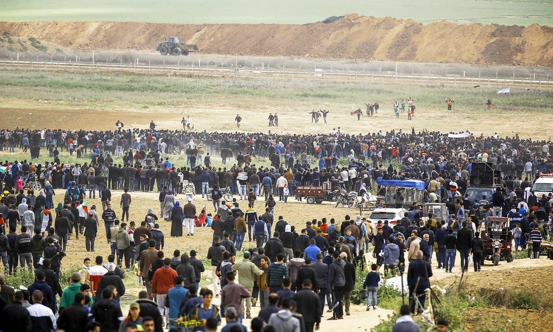 غزہ کی پٹی میں اسرائیل کے خلاف احتجاج میں اس وقت شدت آئی جب اسرائیلی فوج نے فائرنگ کی—فوٹو:اے ایف  پی