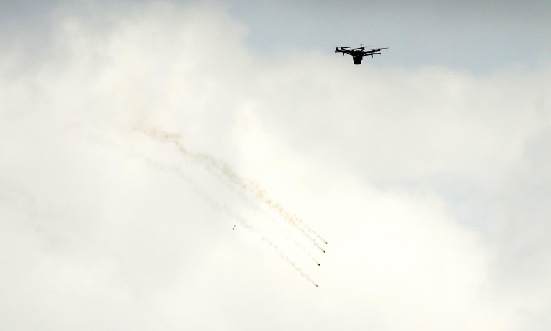 اسرائیلی فوج نے ڈرون کے ذریعے مظاہرین پر آنسو گیس برسائے—فوٹو:اے ایف پی