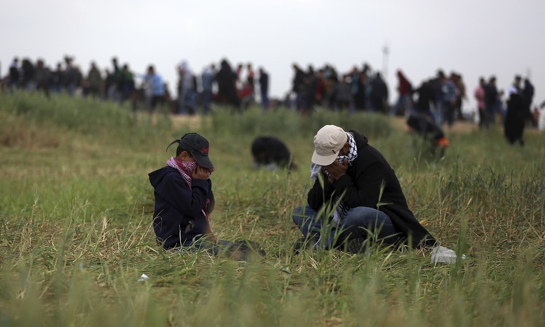 اسرائیلی فوج کی فائرنگ سے ہلاکتوں کے بعد مظاہرین کی تعداد میں اضافہ ہوگیا—فوٹو: اے پی