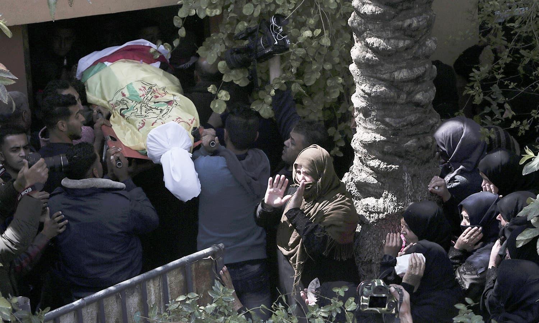 اسرائیلی فوج نے مظاہرین کو نشانہ بنایا جہاں جمعے کو مزید دو افراد جاں بحق ہوئے—فوٹو: اے پی
