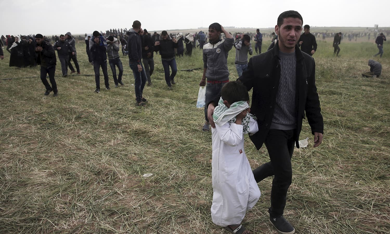 غزہ میں احتجاج کے دوران بچے بھی موجود رہے جو آنسو گیس سے متاثر ہوئے—فوٹو:اے پی
