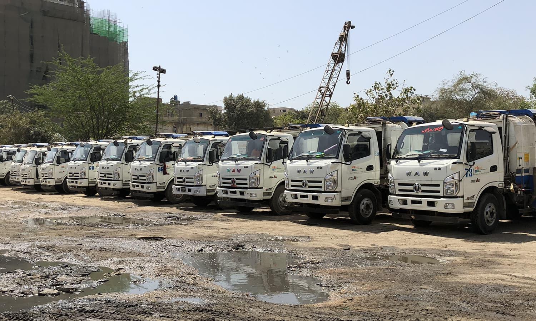 اب کراچی میں کچرہ اٹھانے والی گاڑیوں کی تعداد کافی بڑھ چکی ہے—فوٹو: ذوفین ابراہیم/ ڈان
