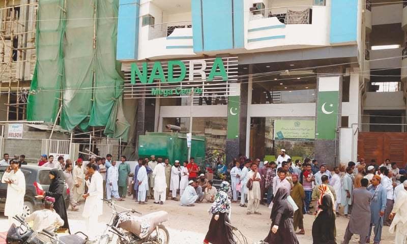 نارتھ ناظم آباد میگا سینٹر کے باہر موجود عوام کی طویل قطار — فوٹو: بلال کریم مغل