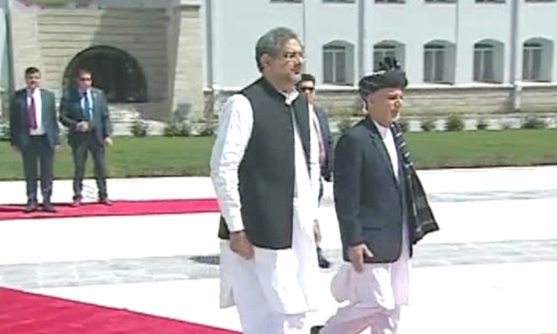 PM Abbasi and Afghan President Ashraf Ghani inspecting the guard of honour.— DawnNewsTV