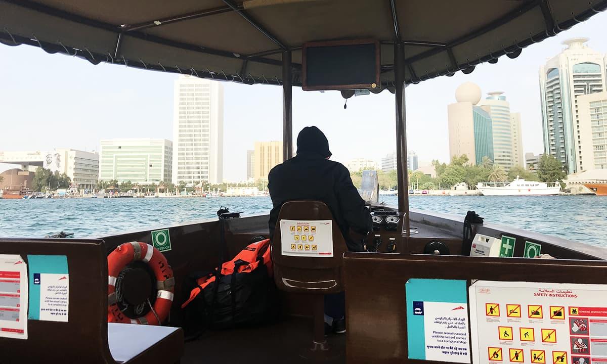 جہاں ایک طرف دبئی میں صحرا میں سفاری کی جا سکتی ہے تو وہیں کشتی رانی کا بھی مزہ لیا جا سکتا ہے۔ — تصویر احسن سعید