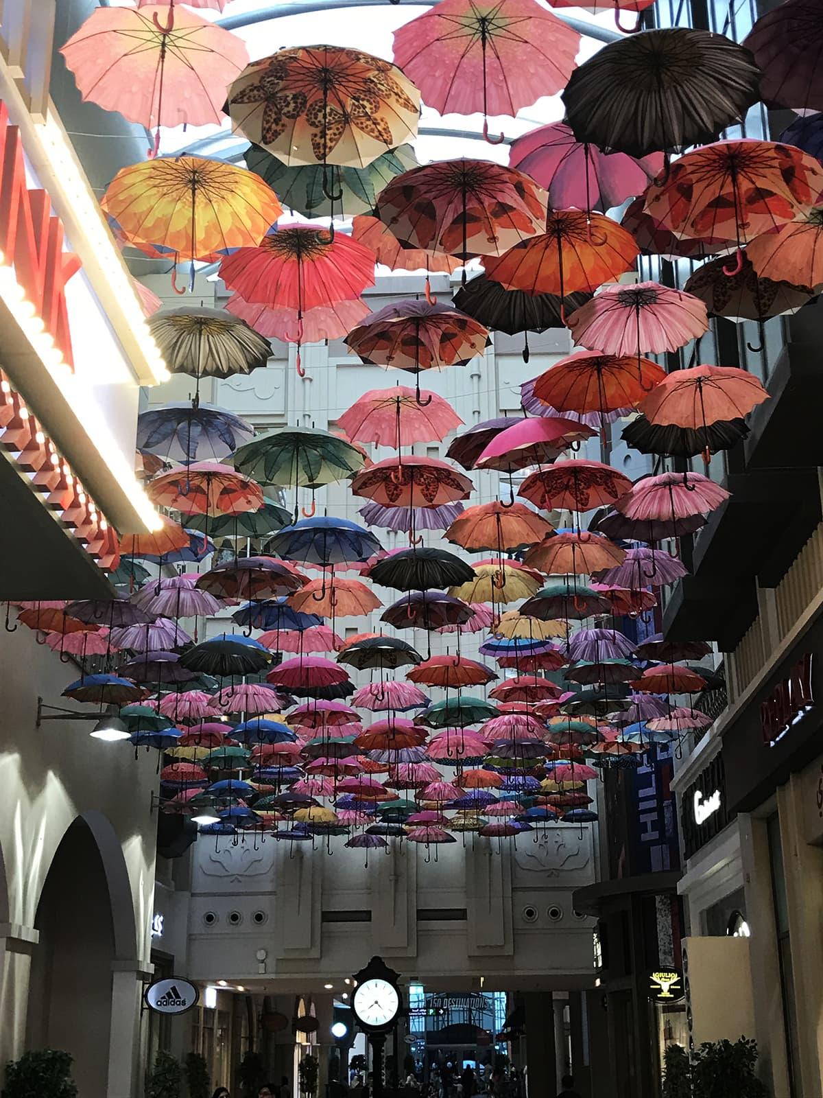 دبئی مال میں لٹکتی چھتریاں۔ — تصویر احسن سعید
