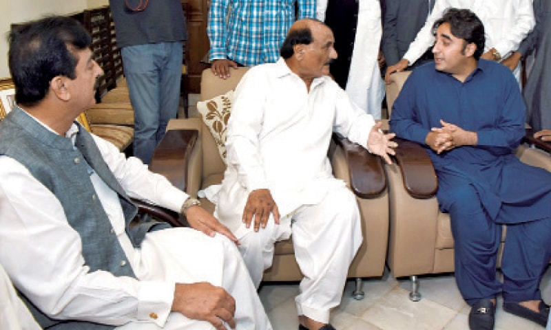 MULTAN: PPP Chairman Bilawal Bhutto-Zardari inquires after senior party leader Habibullah Shakir at his residence. — Online