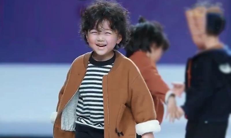 4 سالہ ماڈل جینگ یاؤینگ شو کے دوران مسکراتا رہا —۔