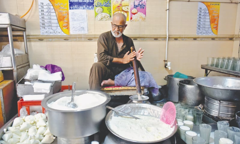 The lassi-maker is constantly making lassi without any breaks in this weather. / Photos by Fahim Siddiqi / White Star