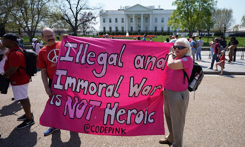 امریکا میں واشنگٹن ڈی سی کے باہر شام میں حملے کے خلاف احتجاج کیا گیا—فوٹو: اے ایف پی