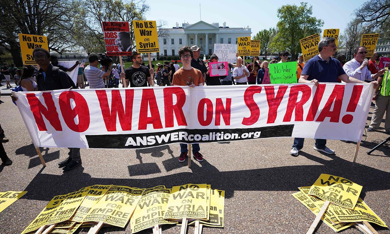 امریکا میں شہریوں نے جنگ کے خلاف بینرز اٹھا رکھے تھے—فوٹو: اے ایف پی