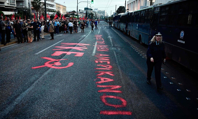 یونان کے شہر میں مظاہرین نے امریکا کو عوام کا قاتل کہہ کر مخاطب کیا—فوٹو: اے ایف پی