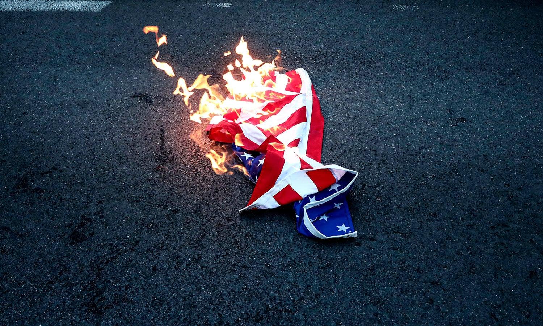 یونانی مظاہرین نے امریکی پرچم کو نذر آتش کیا—فوٹو: اے پی