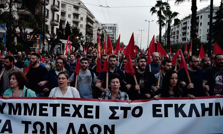 ایتھنز میں بڑی تعداد میں شہری مظاہرے میں شریک تھے—فوٹو: اے ایف پی