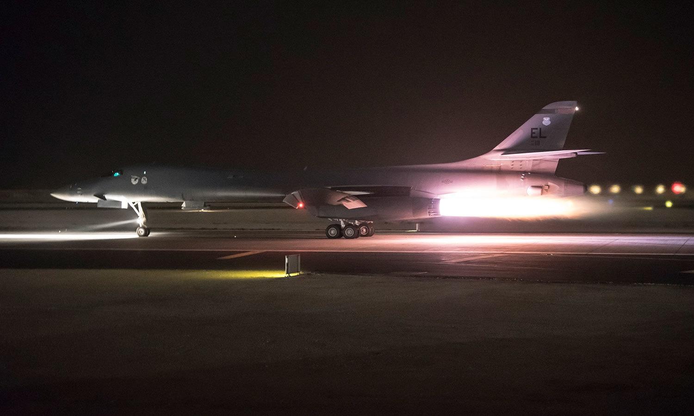 امریکا کے جنگی طیارے قطر میں قائم ائربیس پر موجود تھے—فوٹو: اے پی