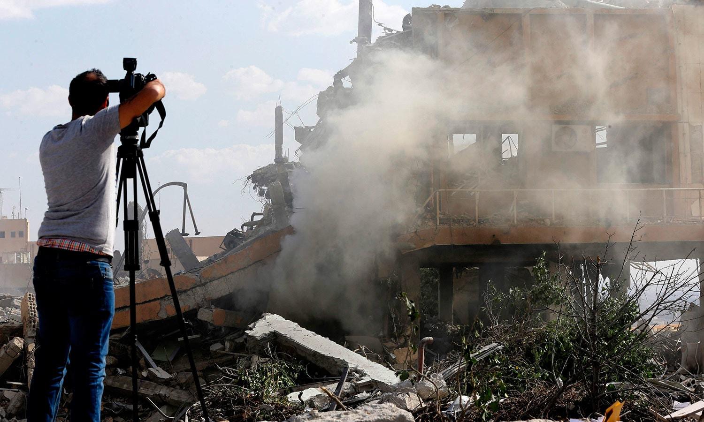 شام میں ہونے والے حملے سے سائینٹفک اسٹڈیز اینڈ ریسرچ سینٹر دمشق کو بھی نقصان پہنچا—فوٹو: اے ایف پی
