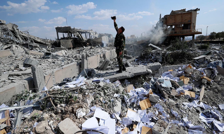 امریکی اتحادیوں کی بمباری سے کئی ریسرچ لیبارٹریز کو تباہ کردیا گیا—فوٹو: اے پی