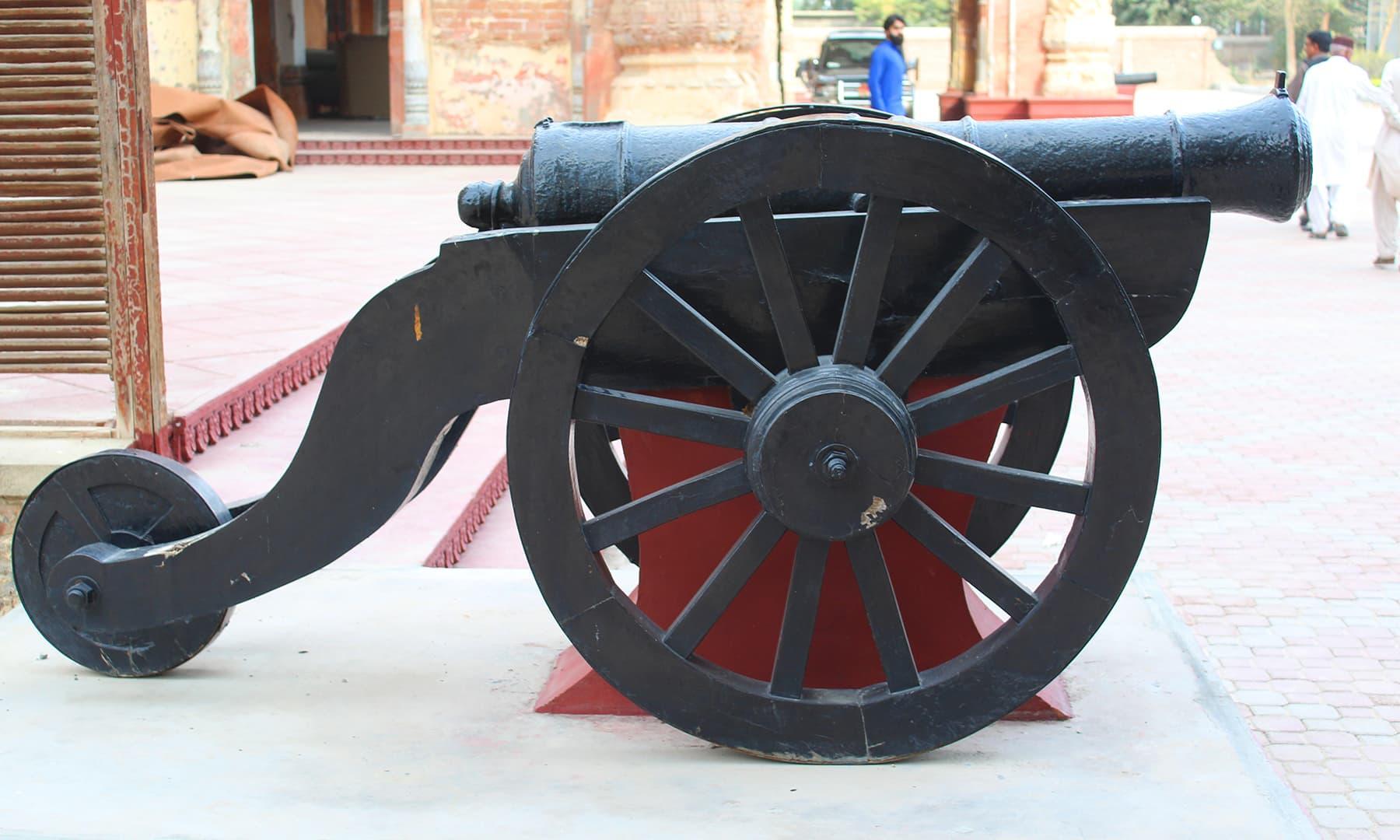 فیض محل کے باہر نصب ایک توپ—تصویر اختر حفیظ