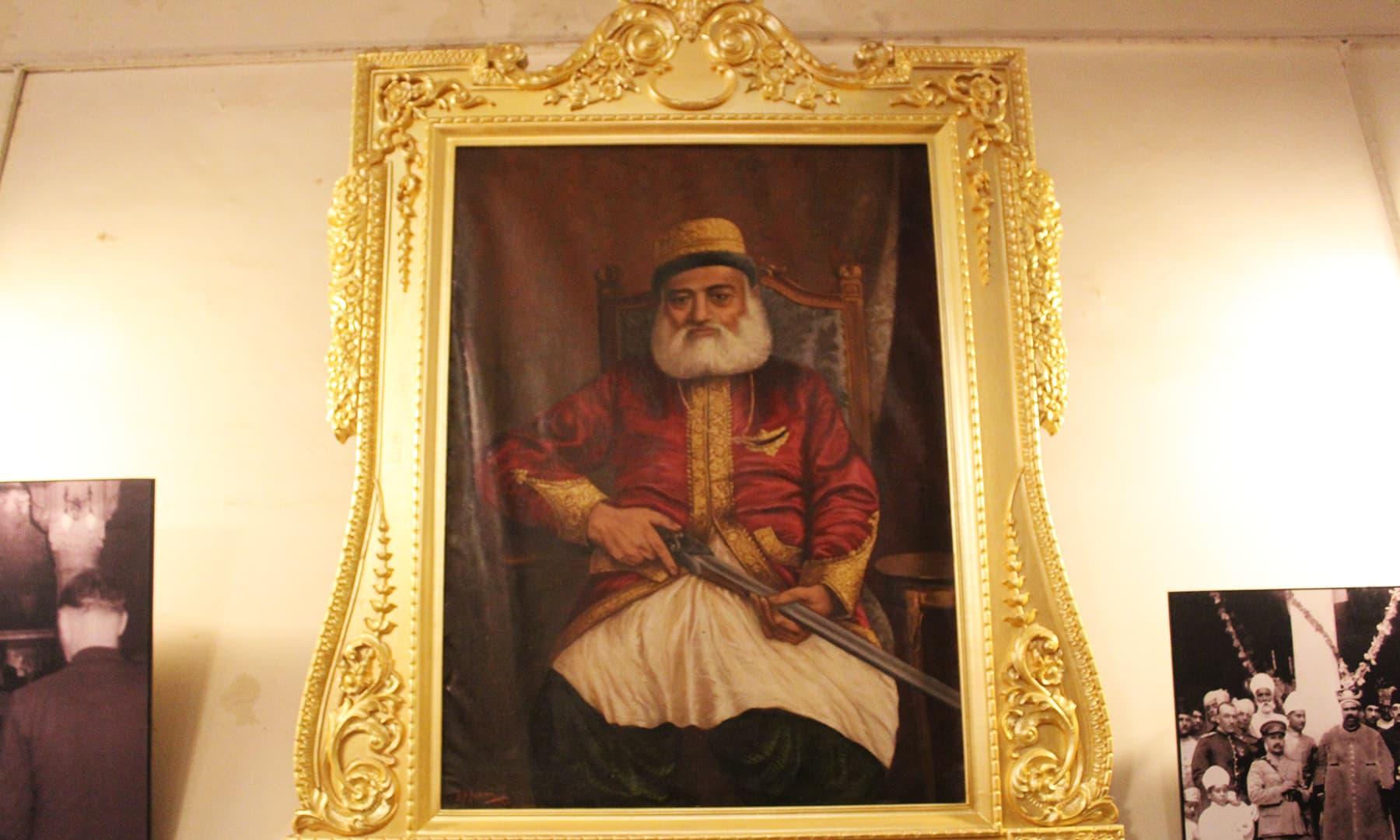 فیض میں محل تالپور حکمرانوں کی تصوریں بھی آویزاں ہیں—تصویر اختر حفیظ