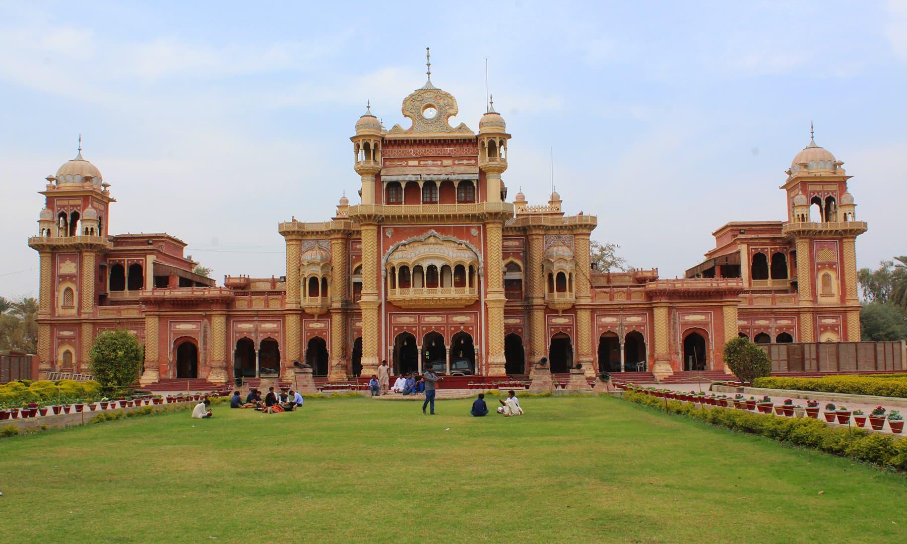 خیرپور میں واقع فیض محل کا خوبصورت منظر—تصویر اختر حفیظ