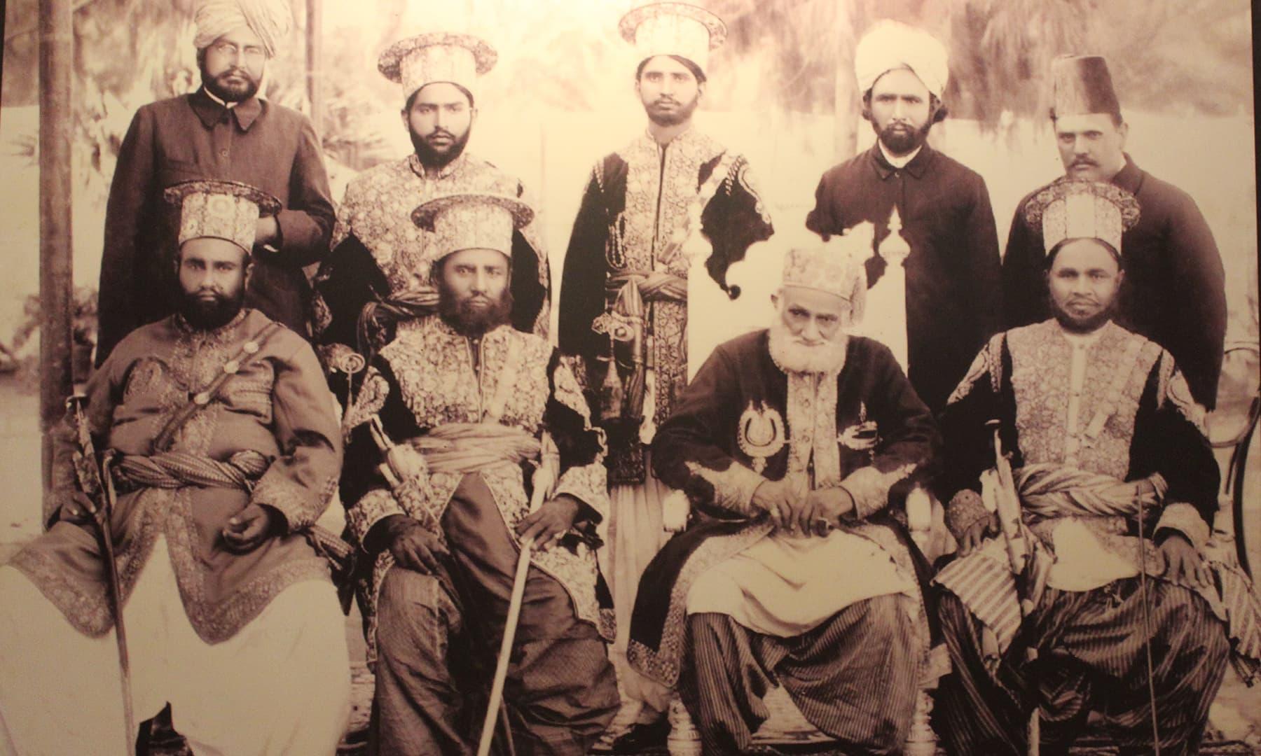 فیض محل میں آویزاں تالپر حکمرانوں کی تصویر—تصویر اختر حفیظ