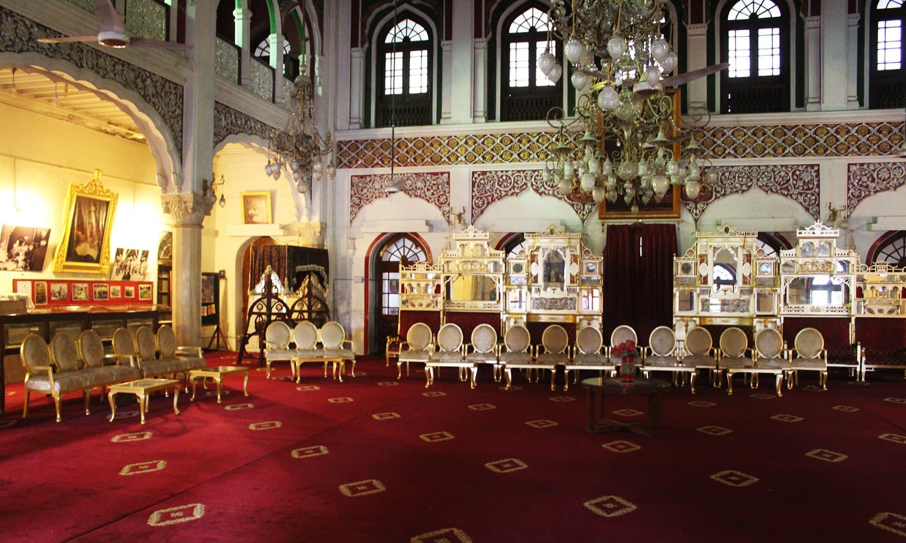 محل کے مرکزی دروازے سے داخل ہوتے ہی ایک بڑا سا ہال نظر آتا ہے—تصویر اختر حفیظ