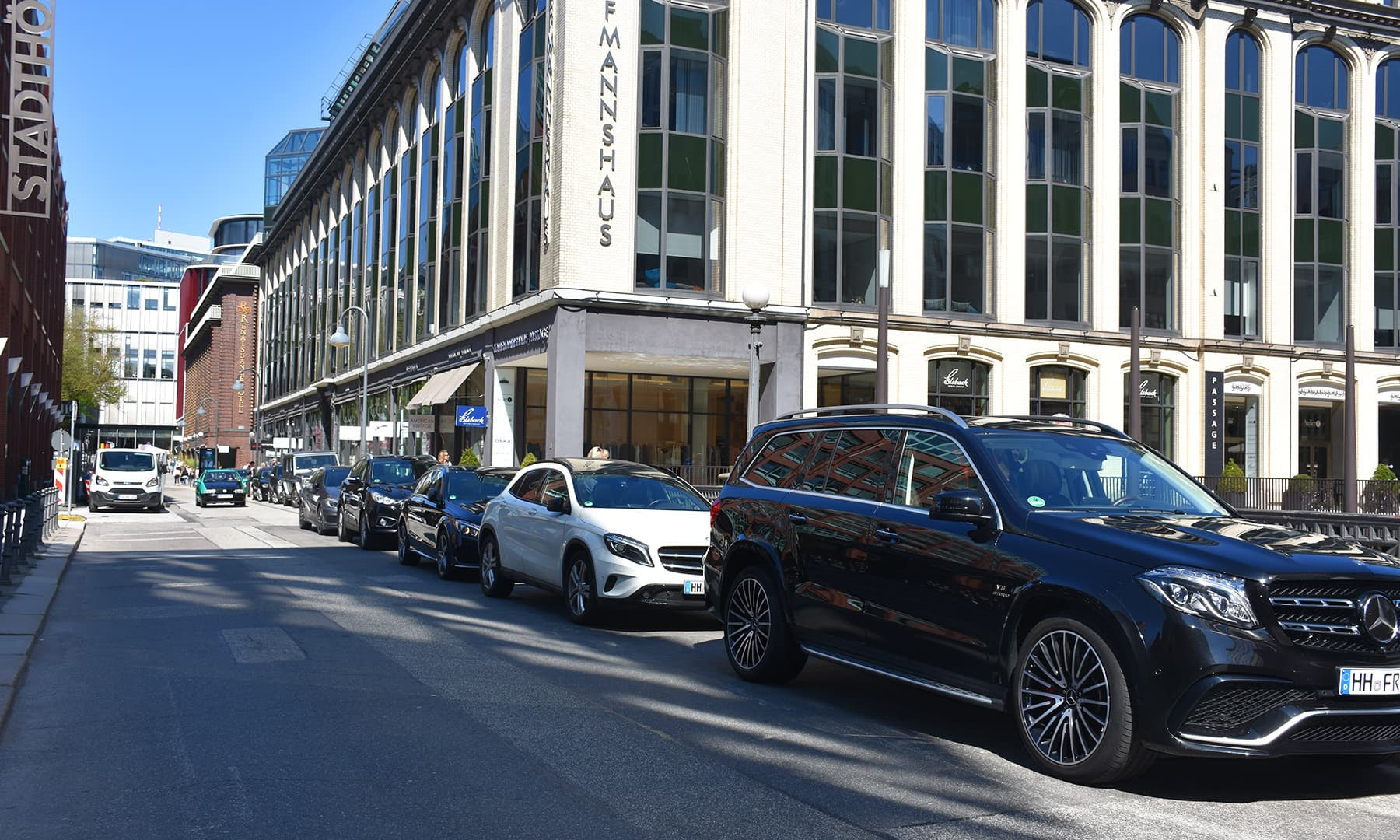 سڑک کنارے ترتیب سے ایک کے ساتھ 5 مرسڈیز گاڑیاں آپ کو جرمنی میں ہی دکھائی دیں گی—تصویر رمضان رفیق
