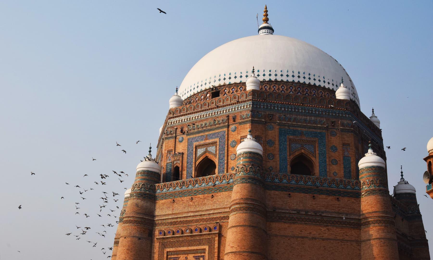 صوفیاء اکرام کے مزاروں کی وجہ سے اس شہر کو مدینۃ الاولیاء بھی کہا جاتا ہے—تصویر عظمت اکبر
