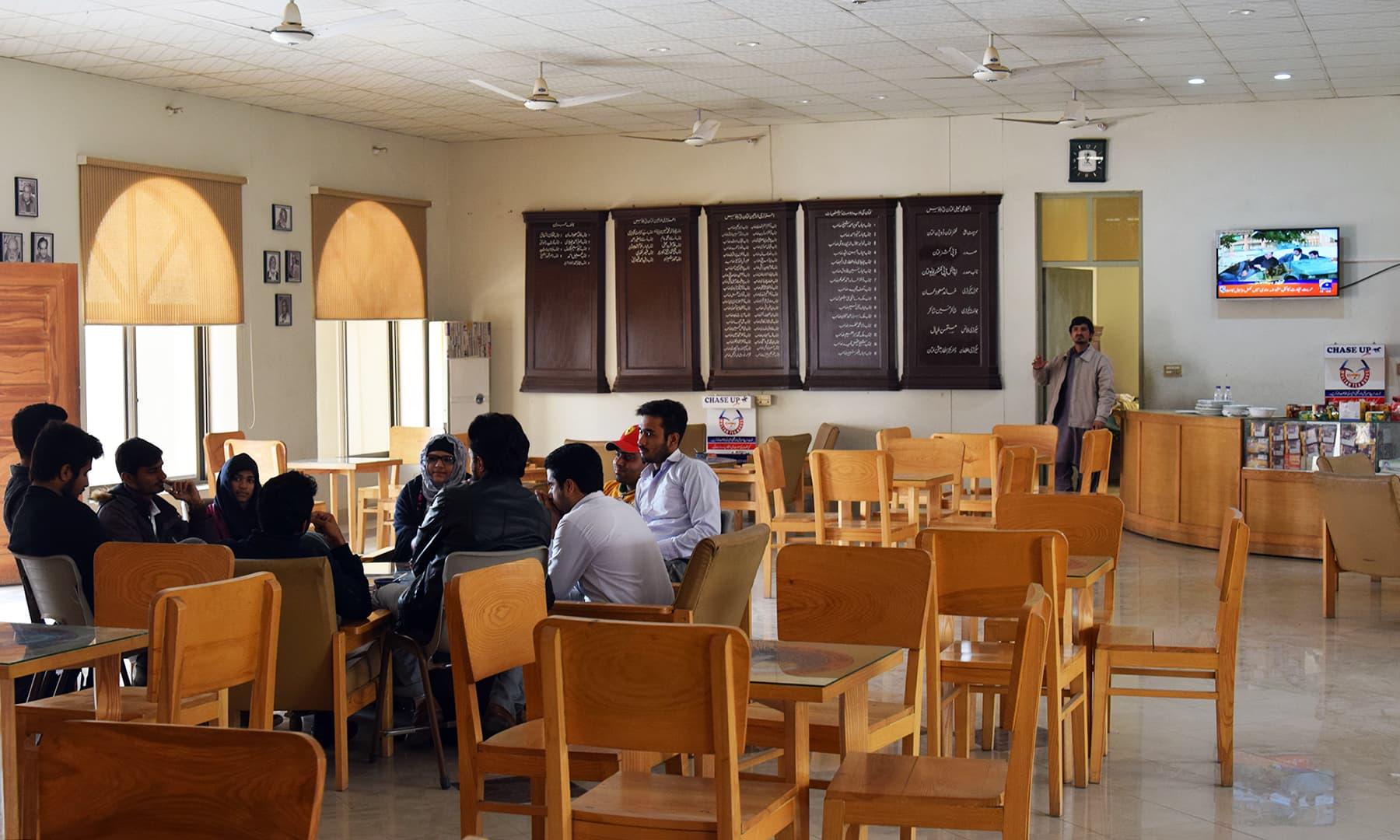 ملتان ٹی ہاؤس شہر بھر کے طلبا و طالبات اور دیگر شخصیات چائے کی چسکیوں پر علمی اور ادبی گفتگو کرتے ہیں—تصویر عظمت اکبر