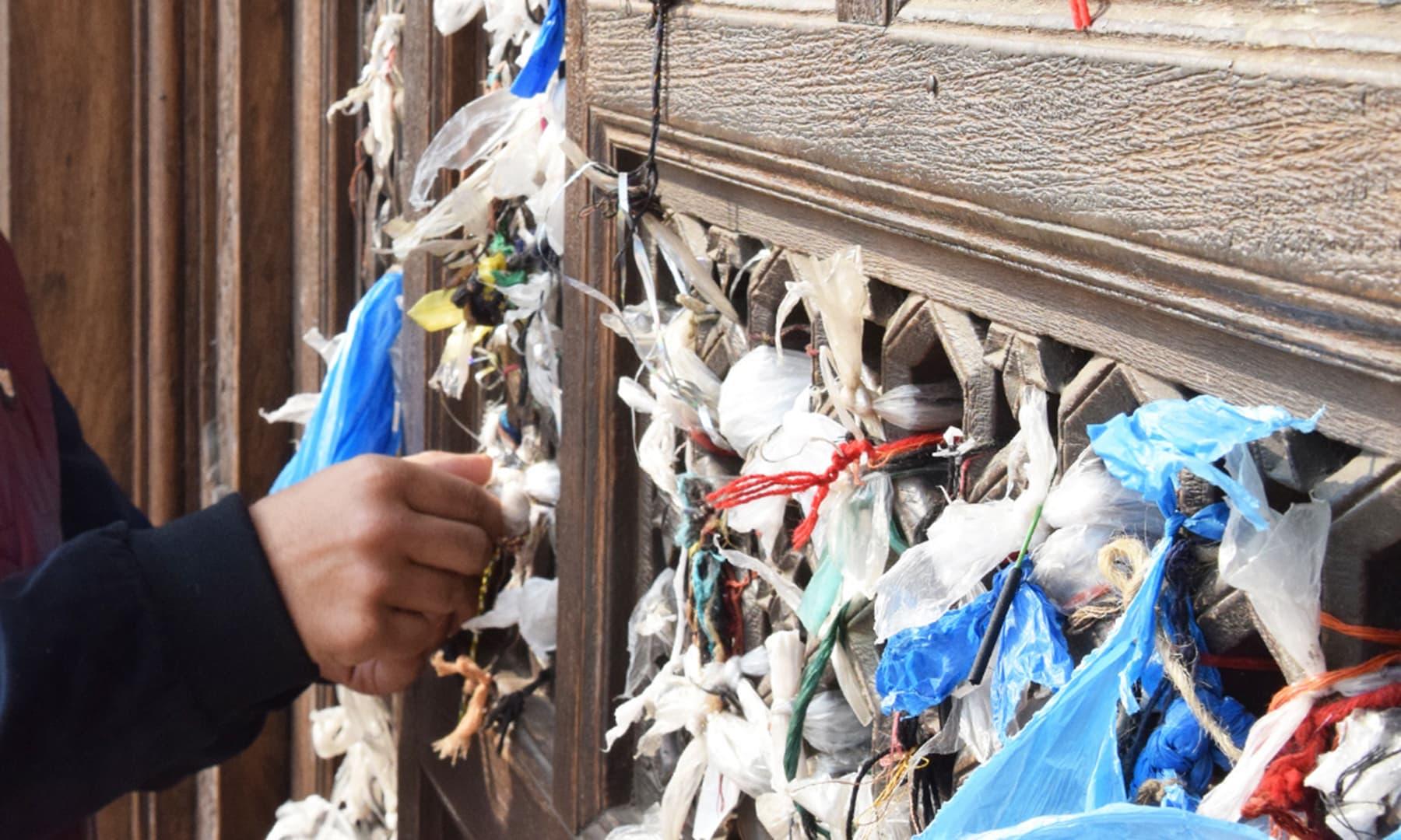شاہ رکن عالم کی مزار پر لوگ دھاگہ باندھ کر منت مانگتے ہیں—تصویر عظمت اکبر