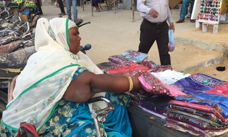صاحبہ رانی کسی زمانے میں اس جگہ بھیک مانگتی تھیں، جہاں بیٹھ کر اب اپنا کاروبار کرتی ہیں— فوٹو : وقار محمد خان